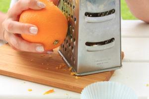 Starta skórka z połowy poarańczy do peelingu kokosowego
