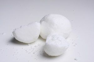 Kula do kąpieli na bazie oleju kokosowego, sodu oczyszczonej i kwasku cytrynowego. Prosta i tania w wykonaniu.